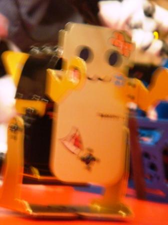 ロボット君をサイバーショット(cyber-shot)DSC-T100で撮影。顔キメききません。